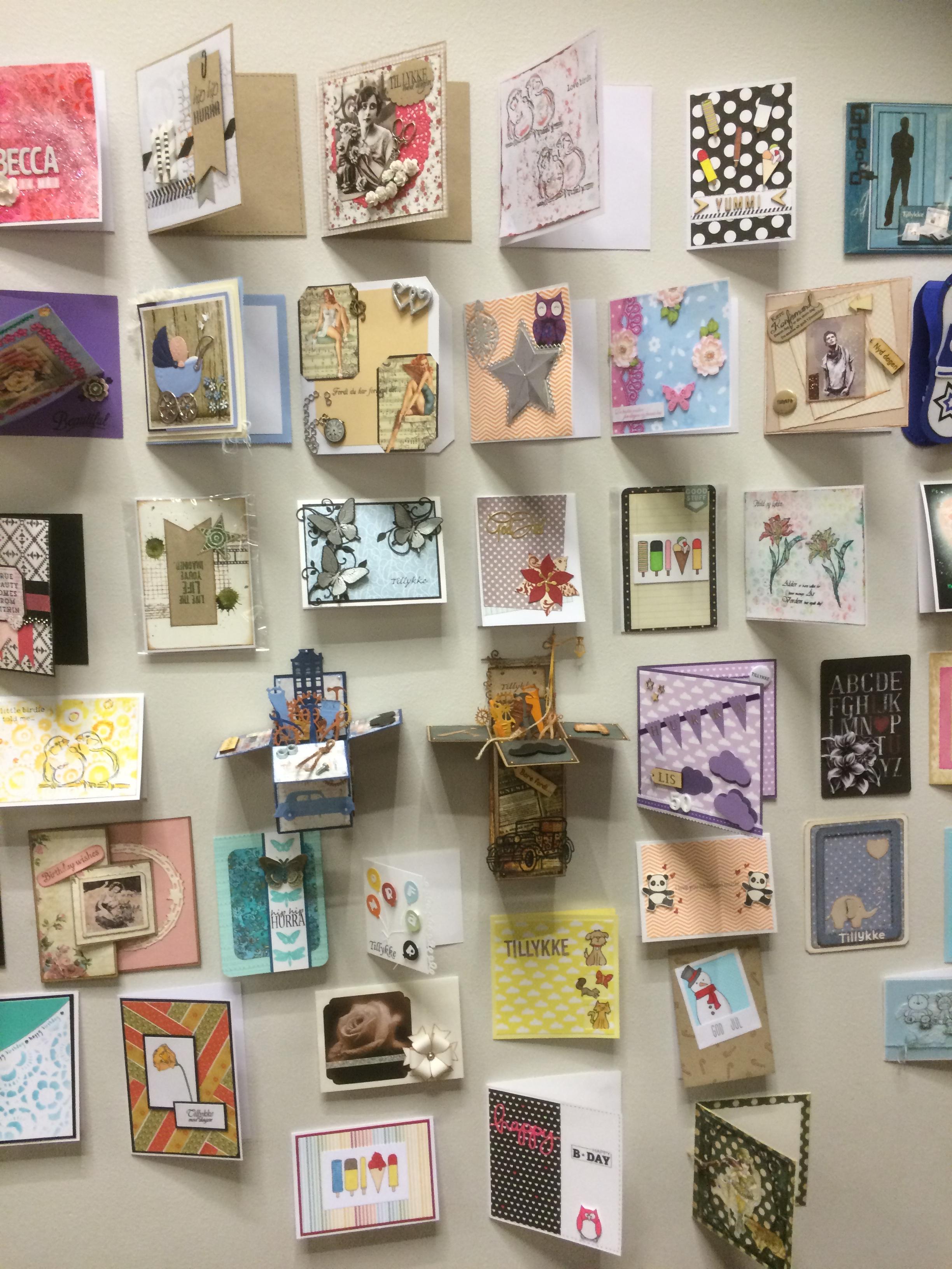 En væg af flotte kort